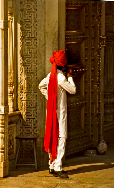 India-Man-in-red-head-gear-Amber-Fort-Jaipur
